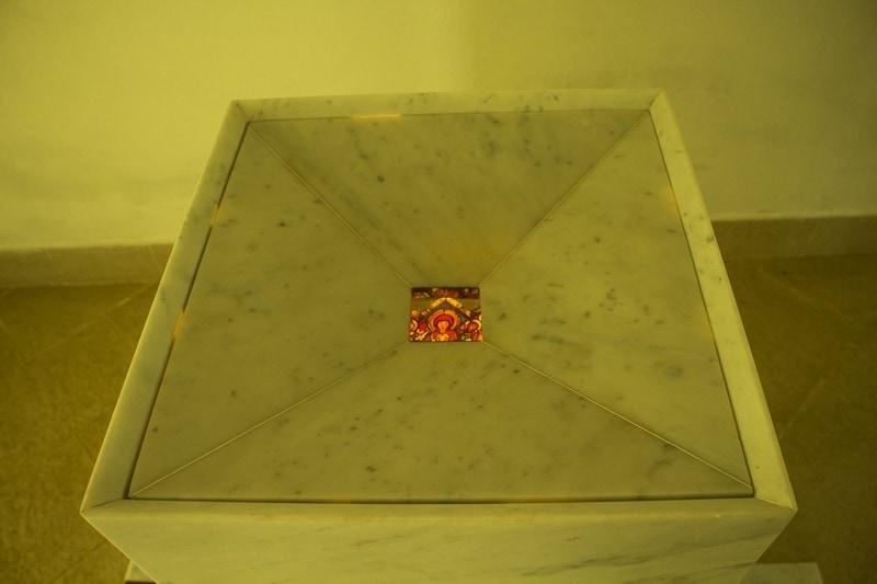 Lorenzo Reina_Santo Graal, 1983_marmo, cerarossa, icona su acetato, lampada ocra-100x150x150
